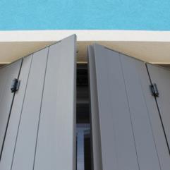 Scuri in alluminio - sistema a libro - tipologia alla padovana - colore grigio marmo antico