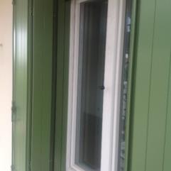 Scuri in alluminio - sistema a libro - tipologia alla padovana - telaio su tre lati - verde salvia